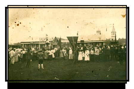 Демонстрация трудящихся на площади Бикина. На втором плане купола и колокольня бикинской церкви, 1924 г